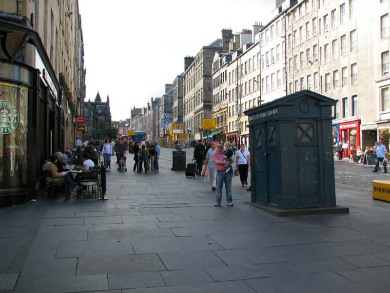Walking-up-the-royal-mile-in-Edinburgh-Scotland