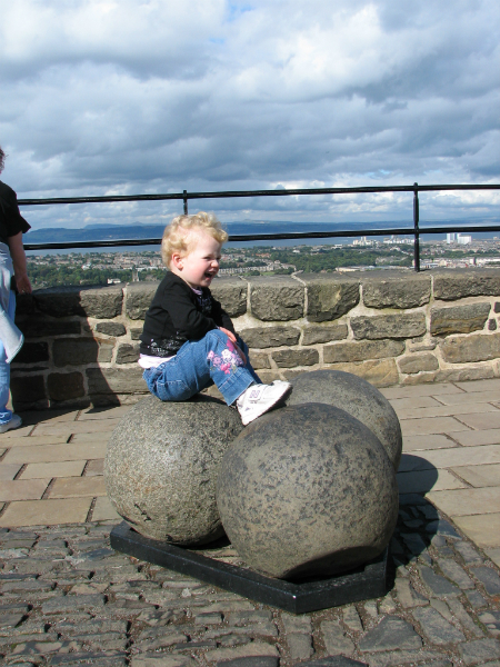The-cannon-balls-at-edinburgh-castle