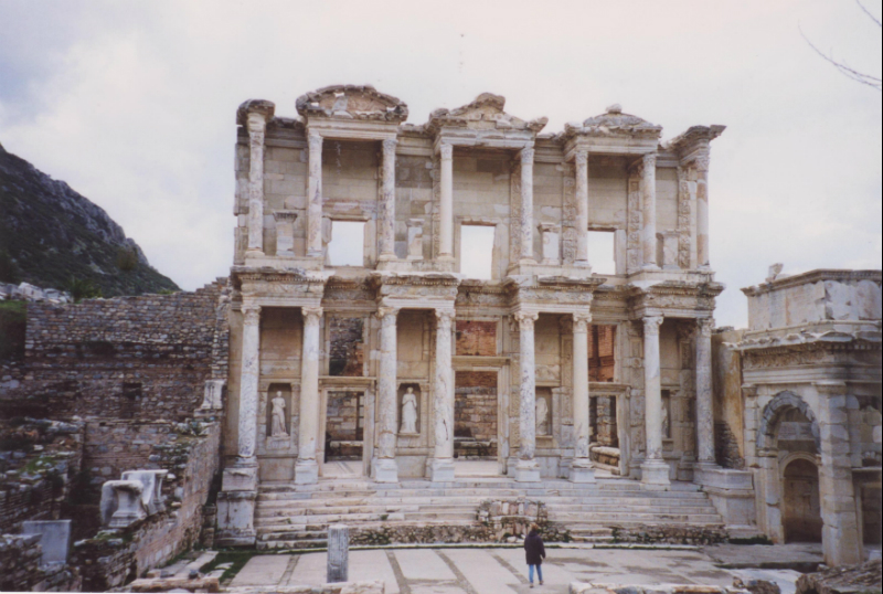 The-amazing-Roman-library-building-at-ephesus-turkey