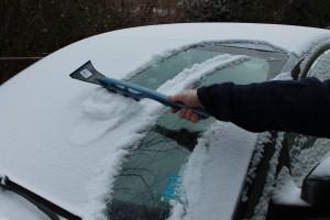 snow-brush-use-on-car